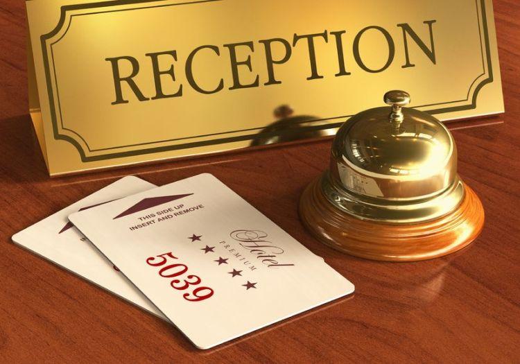 Ключ за хотелска стая и звънец на рецепция